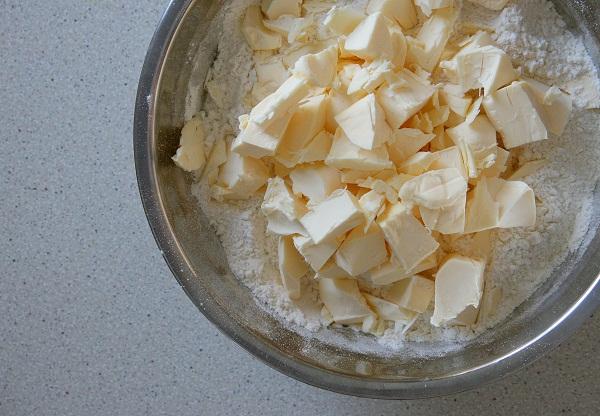 Смешиваем муку с сахаром и солью. Добавляем сливочное масло, порезанное небольшими кубиками...