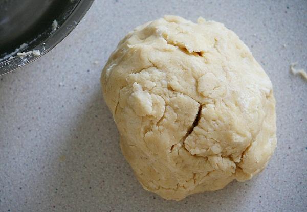 Опять же, когда вымешиваете тесто, не пытайтесь сделать его однородным. Наша задача просто собрать его в шар, и как можно быстрее, и пусть там остаются кусочки масла, в готовом виде они придадут тесту приятную слоистость. Собрали шар - заворачиваем его в плёнку, и в холодильник на час.