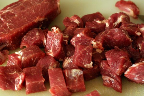 С мяса срежьте лишний жир и нарежьте кубиками примерно 2-3 см.