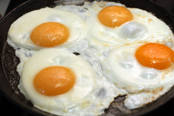 Поджарьте яйца, сохранив желтки целыми. Посолите.