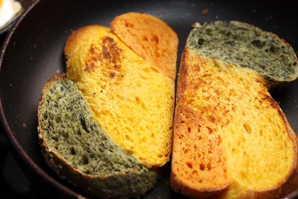 Хлеб поджарьте с обеих сторон с небольшим количеством масла.