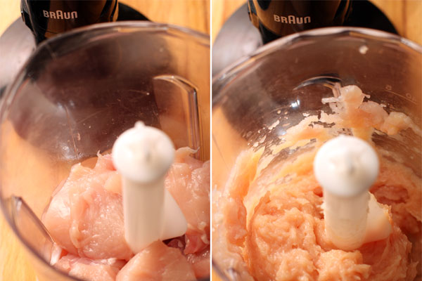 Из куриного филе сделайте однородный фарш с помощью блендера.