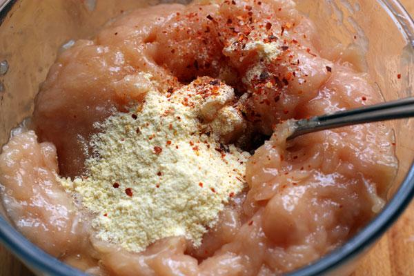 Добавьте кукурузную муку (столовую ложку), соль и немного чили. Если крокеты будут есть дети, то чили лучше не класть. Перемешайте.