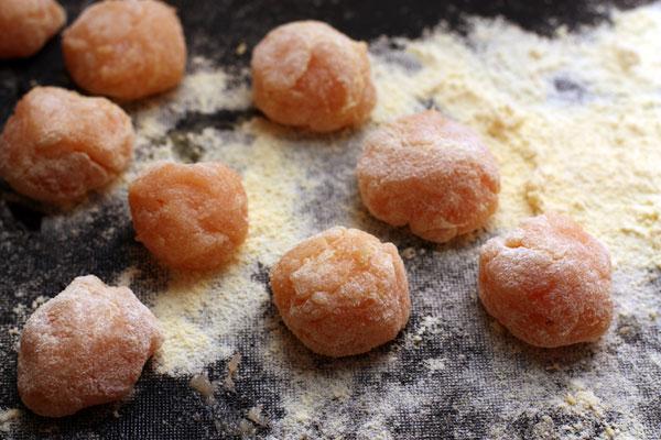 На посыпанной мукой поверхности скатайте шарики размером чуть больше грецкого ореха. Для каждого шарика надо брать чайную ложку смеси.