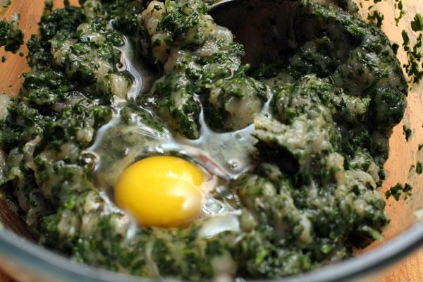 Добавьте яйцо, перемешайте.