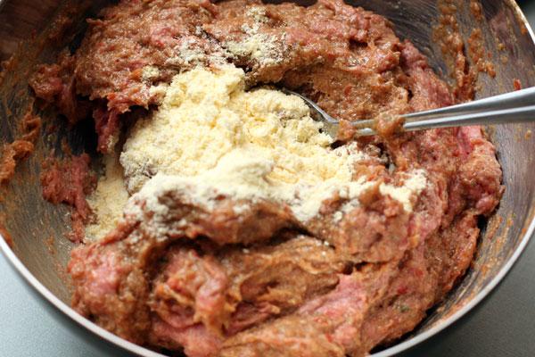 Смешайте овощную смесь с мелкомолотым фаршем (для его приготовления можно также использовать блендер), добавьте кукурузную муку (2 ст.л. без верха) и дайте фаршу постоять 20 минут. В это время займитесь соусом.