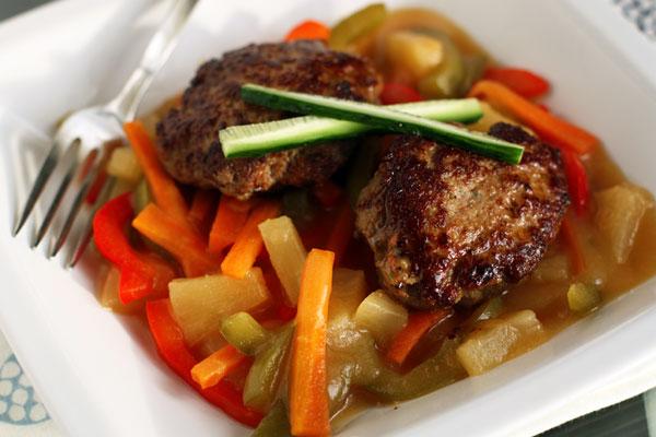 Подавайте котлеты горячими, выложив на тарелку вначале соус, а затем котлеты.