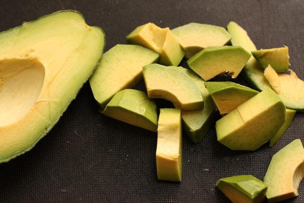 Очистите авокадо, выньте косточку и нарежьте небольшими кусочками.