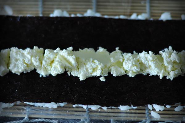 На середину водоросли выкладываем творожный сыр Альметте (в синей упаковке, без вкусовых добавок). Можно, конечно, положить Филадельфию, но на мой взгляд Альметте по вкусу ничуть не уступает, а цена в разы ниже (60р. за 150гр.).  Я добавляю еще огурец для сочности, но здесь я его не указываю, дабы не отступать от классики :)