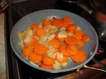 На горячую сковороду налить масло, выложить морковь и лук, обжарить на среднем огне до золотистого цвета