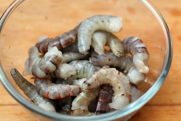 Очистите сырые креветки (если они были заморожены, предварительно разморозьте). Неочищенных креветок без головы понадобится 350-400 грамм, очищенных 250 г.