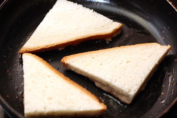 На разогретую сковороду с небольшим количеством масла кладите тосты креветочной массой вниз. Жарьте 2-3 минуты на среднем огне.