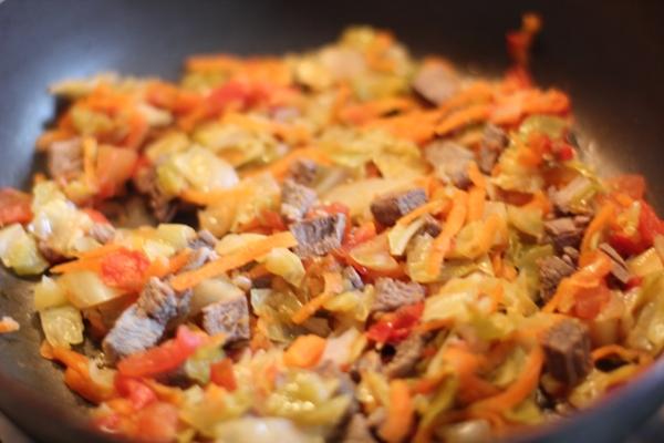 Режем мелким кубиком отварную говядину, добавляем её к овощам и всё вместе тушим под крышкой 5-7 минут. При необходимости долить немножко воды. Солим по вкусу малыша. Можно добавить любимую зелень. Приятного аппетита!