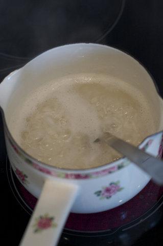 Рис высыпаем в кастрюлю,заливаем водой,варим 10 минут.
