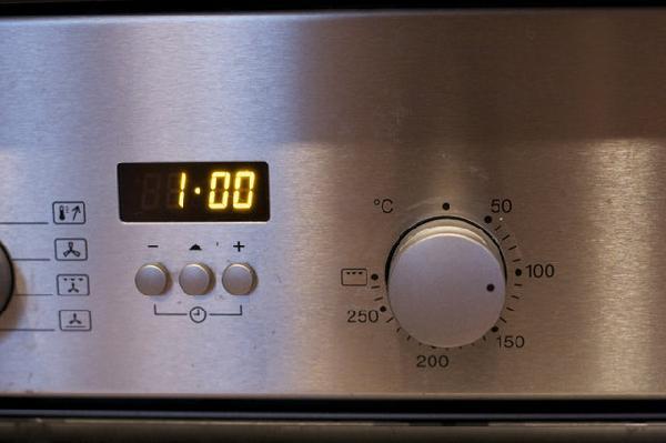 Запекать в духовке в течение часа при температуре 100С.Это нужно,чтобы белок стал хрустящим.