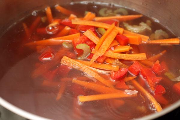 Положите овощи в суп, посолите, добавьте чили и варите еще 20 минут.