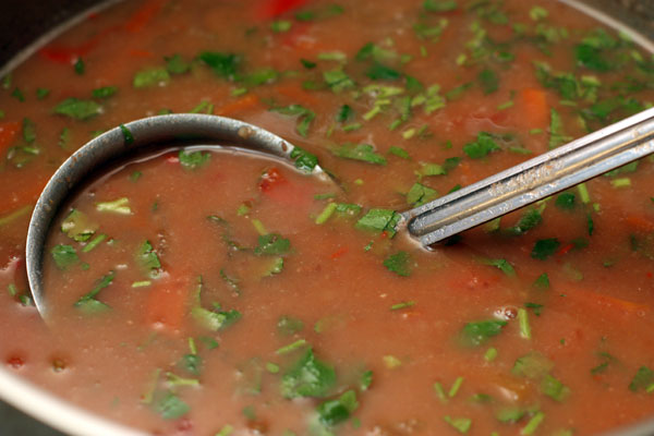 Приправьте суп нарезанной петрушкой и выключите огонь.