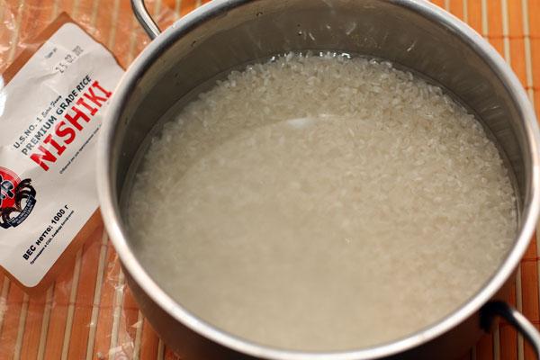 Рис хорошо промываем и замачиваем на 10-15 минут в холодной воде.