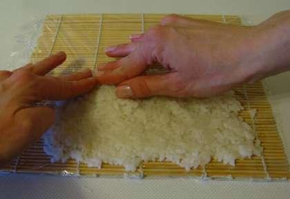 Минут через десять, когда семена станут золотистыми или светло-коричневатыми, снимаем сковороду с огня и высыпаем кунжут в плоское блюдо – в нём мы впоследствии будем обваливать наш рисовый ролл.