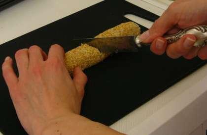 Просуньте большие пальцы под циновку для суши, а остальными придерживайте начинку,   и начинайте аккуратно сворачивать ролл, стараясь, чтобы водоросль плотно облегала начинку. Готовый ролл чуть сожмите, затем снимите циновку.