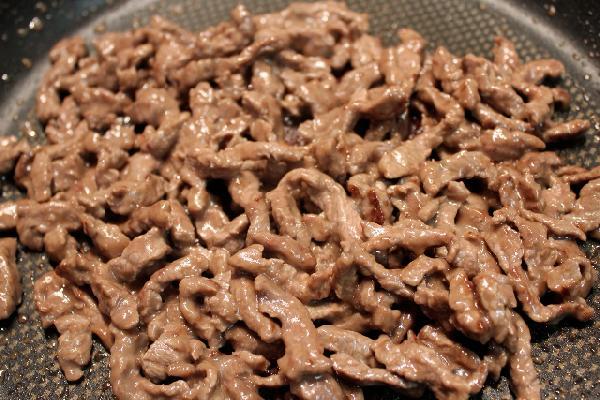 На сковороду наливаем растительное масло, кладем говядину, через несколько минут мясо готово, его можно доставать.