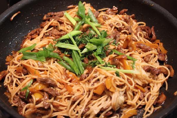 Добавляем в сковородку готовую лапшу, для аромата посыпаем рубленным укропом и украшаем зеленым луком. Держим блюдо на плите 3 минуты и оно готово!  ПРИЯТНОГО АППЕТИТА!