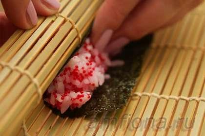 Стакан специального риса, подходящего для суши, тщательно промойте несколько раз, переложите в кастрюлю, добавьте небольшой кусочек водоросли комбу и налейте воды из расчёта 1:1-1,2. Поставьте кастрюлю на средний огонь, доведите рис до кипения, уберите комбу, уменьшите огонь и варите рис около 20 минут, не снимая крышки. Умение правильно приготовить рис для суши во многом зависит от вашего опыта и совершенно нисколько – от удачи. Тренируйтесь, подбирайте правильное количество воды для каждого сорта риса, который используете. Впрочем, этот рецепт рассчитан не на новичков, так что приготовление правильного риса для суши не должно стать для вас проблемой. Сняв кастрюлю с плиты, дайте рису постоять минут пятнадцать, затем переложите его в миску (в идеале – в деревянную) и заправьте рисовым уксусом, смешанным с солью и сахаром. Так же можно использовать и готовую заправку, это проще.