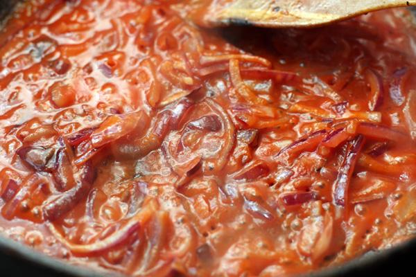 Добавьте томатное пюре, перемешайте и потушите еще пару минут.