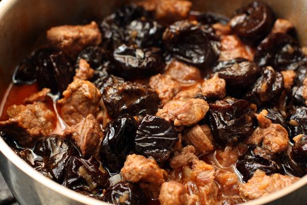 Затем добавьте к мясу вымытый чернослив без косточек, перемешайте.