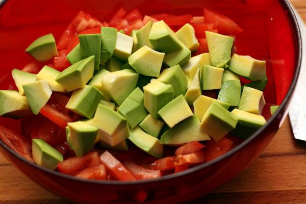 Нарежьте авокадо кубиками.