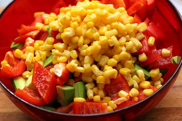 С овощам добавьте молодую кукурузу. Она может быть свежей, консервированной или замороженной, важно, чтобы зернышки не были жесткими.