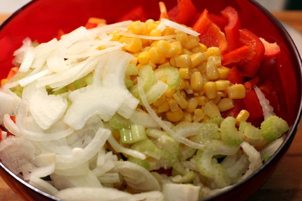 Лук тонко нарежьте. Если лук едкий, ошпарьте его кипятком. Добавьте в салат вареную или консервированную белую фасоль.