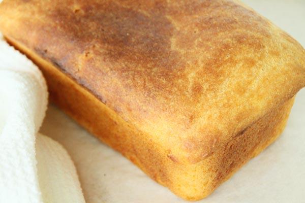 Выпекайте 40 минут при 200°C. Готовый хлеб оставьте в форме минут на 5, а затем выньте.