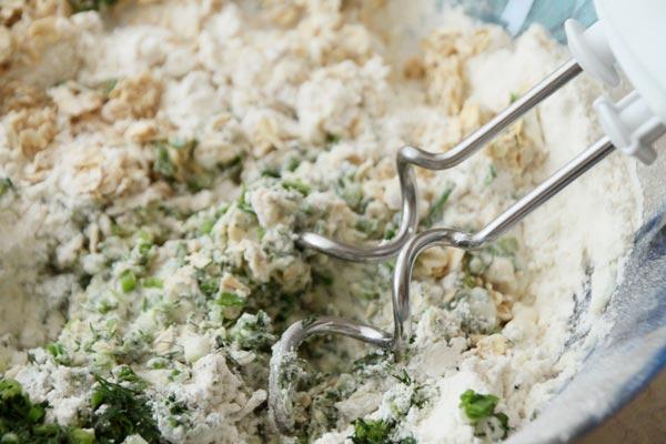 Замесите тесто с помощью специальных насадок для миксера. Месите минут 10, пока не сформируется упругий шар.
