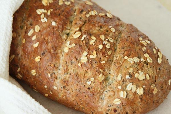 Выпекайте около 40 минут при 200 градусах. Готовый теплый хлеб оставьте минут на 5 в духовке, затем заверните в полотенце и дайте остыть. Нарезайте когда он полностью остынет (хотя дождаться и не отрезать горбушку почти не реально :))