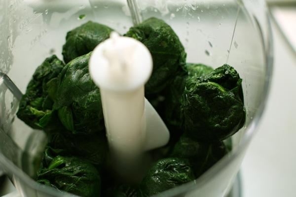 Шпинат сложите в блендер, добавьте 200 мл кипятка (если шпинат замороженный), хорошо измельчите.