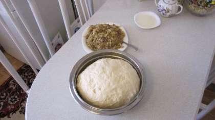 Ставим опару, берем 40 грамм свежих дрожжей, разводим их в 50 гр теплого молока или воды, добавляем 1,5 ст. ложки сахара, 2 ст. ложки муки. Ставим в теплое место чтобы поднялась.