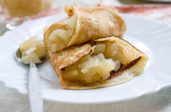 Подавайте горячие блинчики с яблочным соусом.    Пора к столу!
