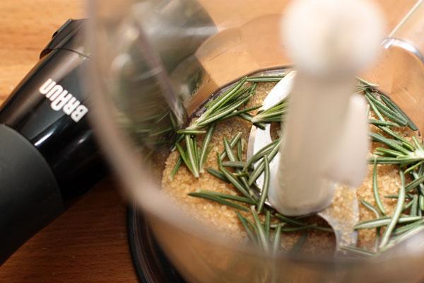 В блендер положите сахар, листочки свежего розмарина, и хорошо измельчите.