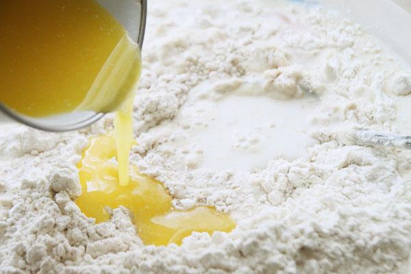 Масло растопите на маленьком огне (это удобно делать пока подходит опара) и остудите. Чтобы быстрее остудить масло поставьте миску в кастрюлю с холодной водой. Добавьте масло к тесту.