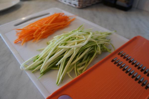Морковь и цуккини потереть крупной максимально длинной соломкой
