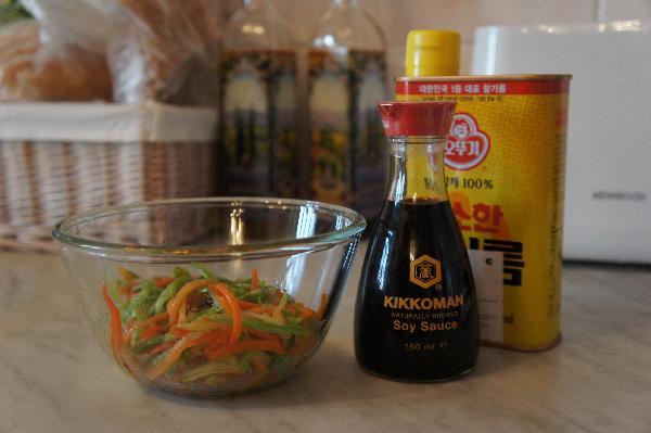 Овощи заправить соевым соусом и кунжутным маслом.
