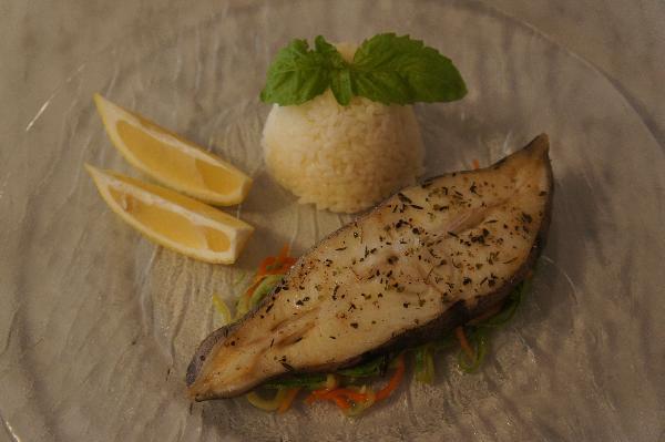 На тарелку выкладываем овощи, сверху кладем палтус. Украшаем лимоном. На гарнир можно подать рис.  Приятного аппетита!:)