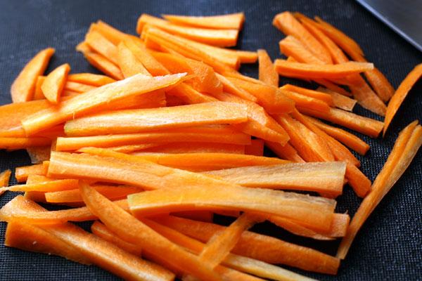 Морковь очистите и нарежьте тонкой соломкой. Положите в суп.