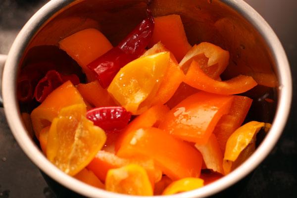 Нарежьте как сможете, сложите в небольшую кастрюльку, туда же выдавите лимонный сок и готовьте на небольшом огне 8-10 минут.