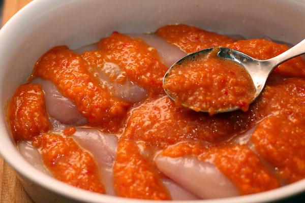 Сложите филе в форму для запекания, вложите соус в надрезы и между филе, немного полейте оливковым маслом.