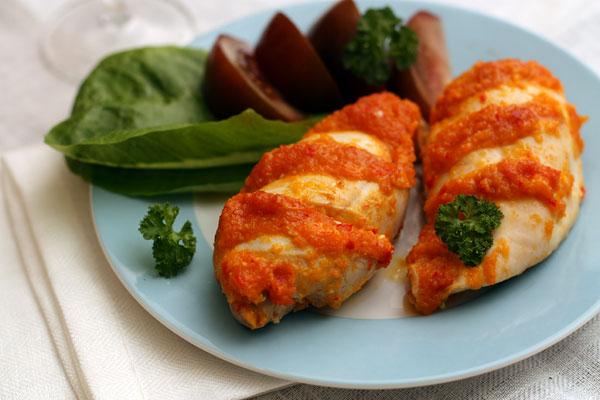 Подавать лучше с овощами, но отлично подойдет жареный картофель.
