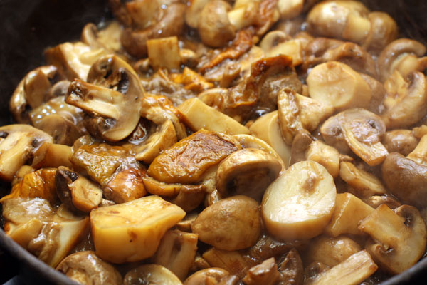 Положите грибы на разогретую сковороду с растительным маслом и готовьте, помешивая, 10-15 минут, пока из грибов не испарится основная влага.
