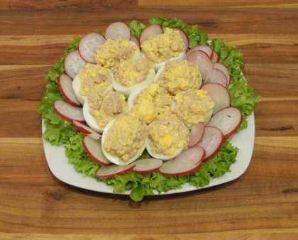 Начинить оставшиеся от яиц половинки белков смесью из печени трески и желтков. Выложить на тарелочку