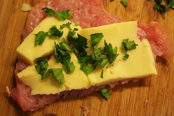 Посолить каждый стейк, сверху уложить сыр и зелень(или чернослив,курагу, яблоки, ананасы и пр. по вкусу)